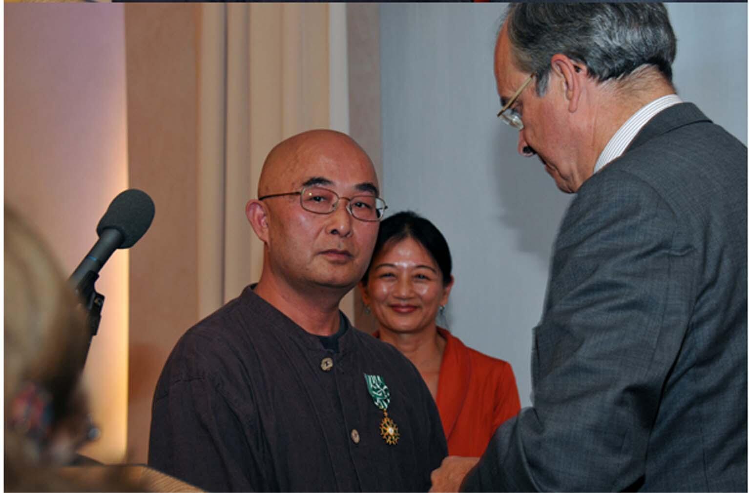 2013年9月9日,法國駐德國大使莫利斯•古爾多-蒙大涅 在柏林法國大使館向廖亦武頒授法蘭西藝術與文學軍官勳章。