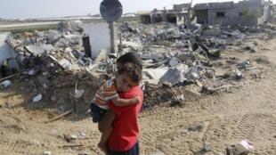 Watoto wa kipalestina katika mji wa Khan Younès, ambao unaendelea kushambuliwa na jeshi la Israeli katika ukanda wa Gaza.