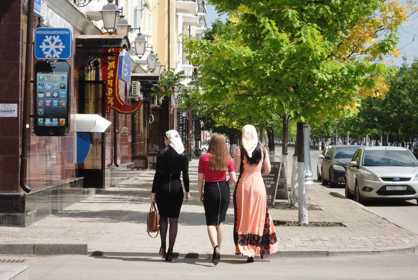 Чеченские девушки на улице Грозного.