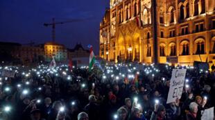 Une manifestation de soutien à l'Université d'Europe centrale fondée par George Soros, le 24 novembre à Budapest, en Hongrie.