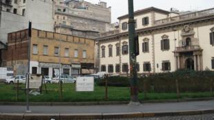 La Piazza Fontana, à Milan, avec au centre la plaque en la mémoire de l'anarchiste Giuseppe Pinelli, le 29 janvier 2007.