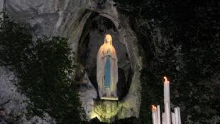 Gruta na cidade francesa de Lourdes, onde a jovem Bernadette Soubirous disse ter visto a Virgem.