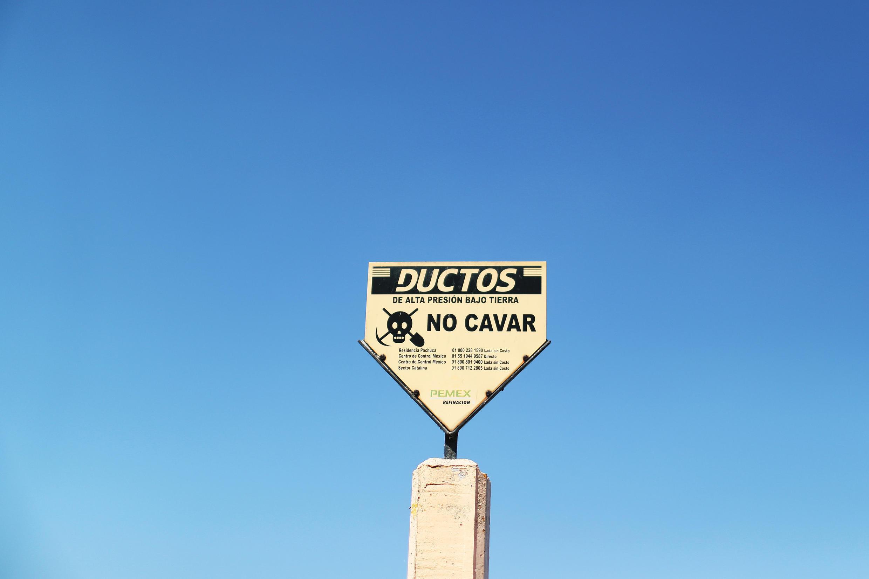 En Tlahuelilpan, estado de Hidalgo, una pancarta alerta sobre la presencia de un ducto.