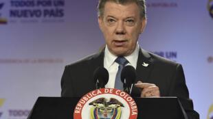En entrevista con el diario español El País, el presidente Santos afirmó que 'aunque no es una paz perfecta, esto es mejor que 20 o 30 años más de guerra'.