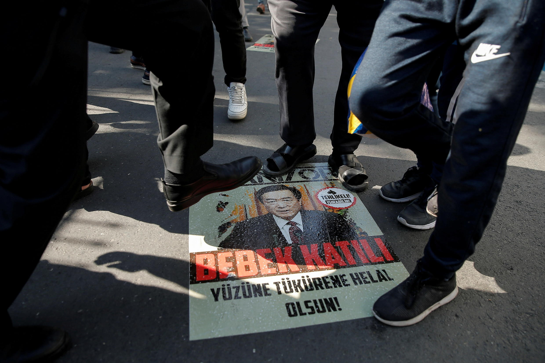 Người biểu tình Duy Ngô Nhĩ trước lãnh sự quán Trung Quốc ở Istanbul (Thổ Nhĩ Kỳ) dẫm lên ảnh bí thư Tân Cương, Trần Toàn Quốc. Ảnh tư liệu chụp ngày 01/10/2019.