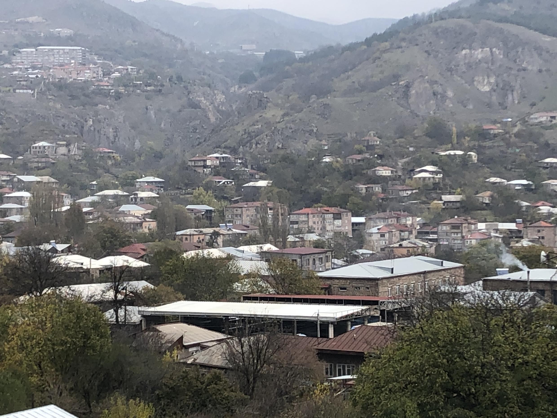 Горис – небольшой город на юго-востоке Армении в долине одноименной реки, окруженный со всех сторон горами