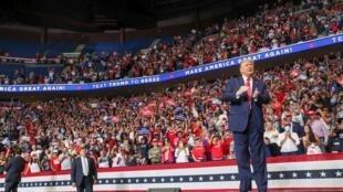 دو هفته پس از حضور هزاران نفر در گردهمایی انتخاباتی دونالد ترامپ در شهر تاسلا در ایالت اوکلاهاما، بدون رعایت فاصله و استفاده از ماسک، شمار مبتلایان به کووید ۱۹ در این منطقه به شدت افزایش یافته است.
