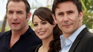 Le réalisateur, Michel Hazanavicius (D) avec les acteurs du film the «The Artist», Berenice Bejo (C) et Jean Dujardin, à Cannes, le 15 mai 2011.