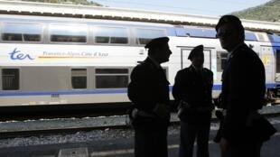Патруль итальянской полиции на железнодорожном вокзале Вентимильи 18/04/2011