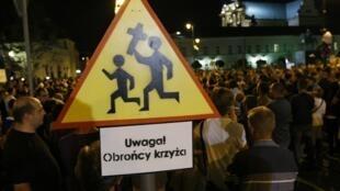 Plusieurs milliers de Polonais ont manifesté devant le palais présidentiel à Varsovie