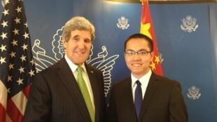 Blogger Trương Cổ Long (phải) trong lần gặp Ngoại trưởng Mỹ John Kerry hồi tháng Hai năm 2014.