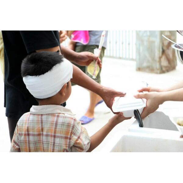 Bệnh nhân nhận phần cơm 5 ngàn đồng của nhóm Nguyễn Thành Trung ở Hà Nội.
