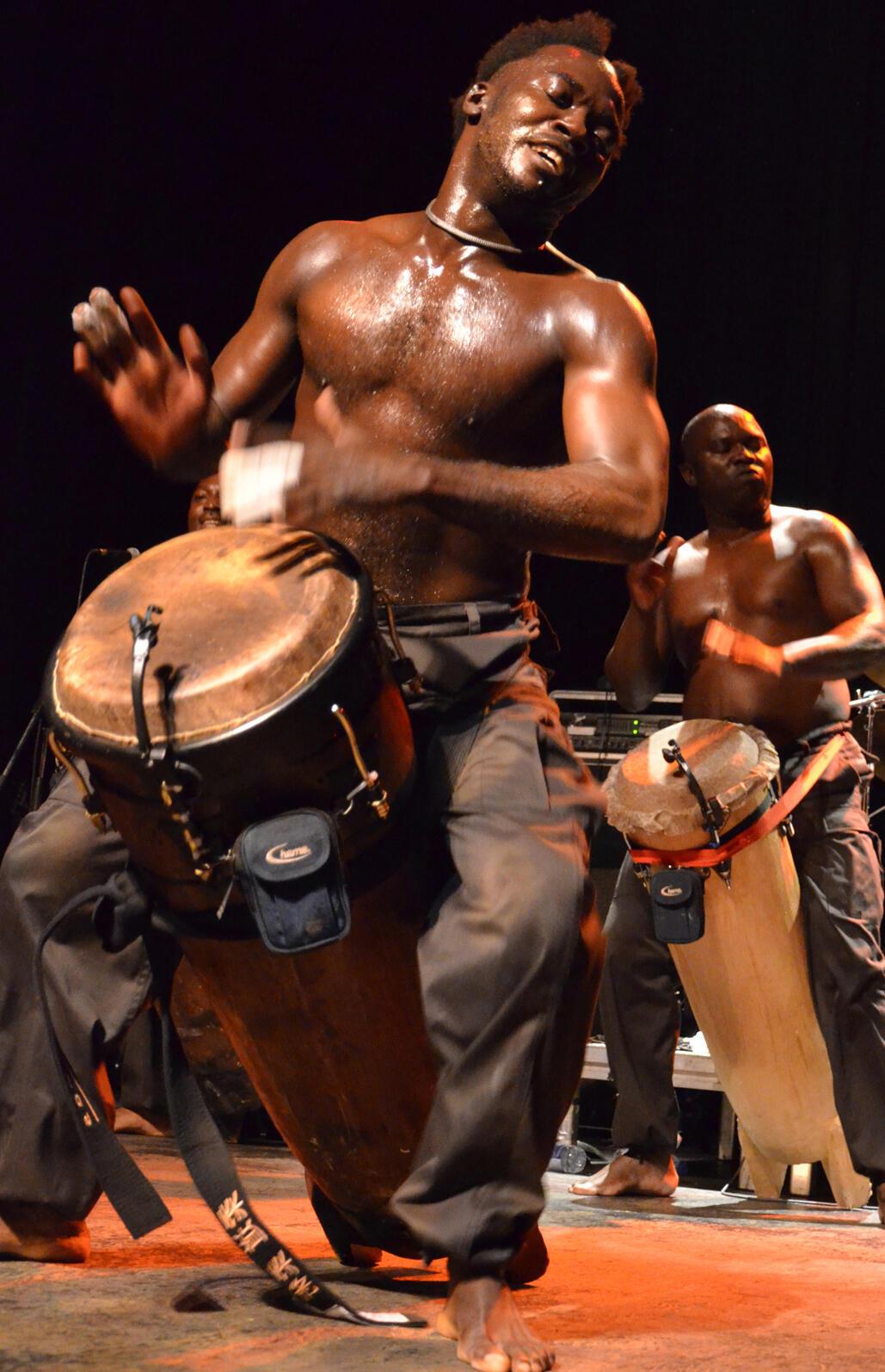 Un joueur de tambour fait danser les badauds en attendant le départ du carnaval.