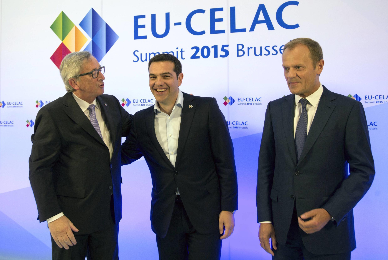 . Chủ tịch Ủy ban Châu Âu Jean-Claude Juncker (trái) và Chủ tịch Hội đồng Châu Âu Donald Tusk (phải) tiếp đón Thủ tướng Hy Lạp Alexis Tsipras tại Bỉ ngày 10/06/2015.