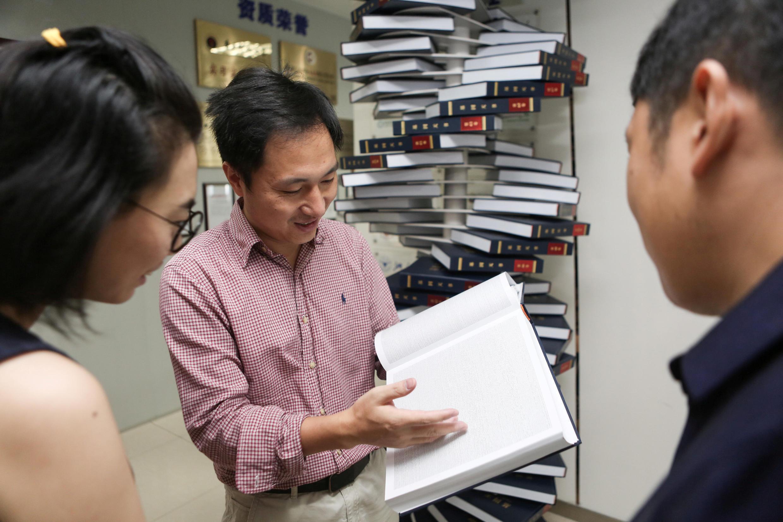 """Nhà khoa học Trung Quốc Hạ Kiến Khuê (He Jiankui), đang giới thiệu cuốn sách của ông, tựa """"Gien của con người"""", Thẩm Quyến, Quảng Đông, ngày 04/08/2016"""