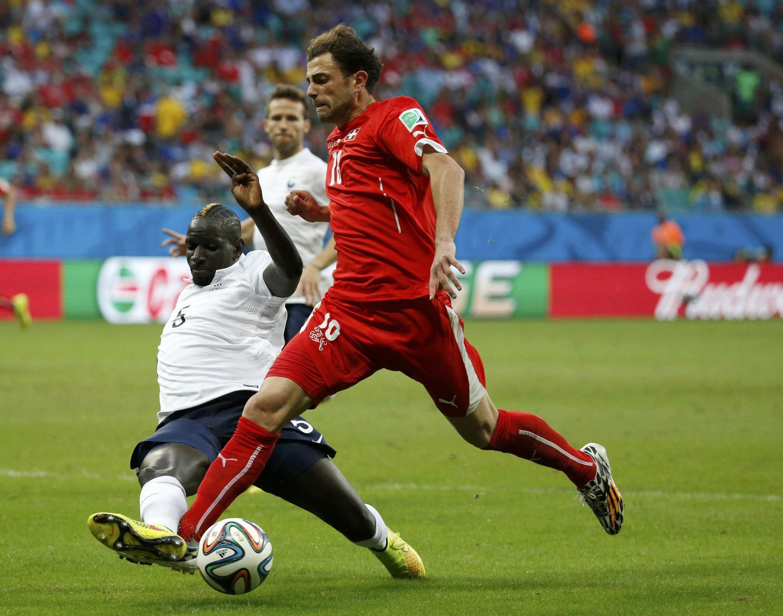 Mamadou Sakho chặn bóng cầu thủ Thụy Sĩ Admir Mehmedi - REUTERS /Jorge Silva