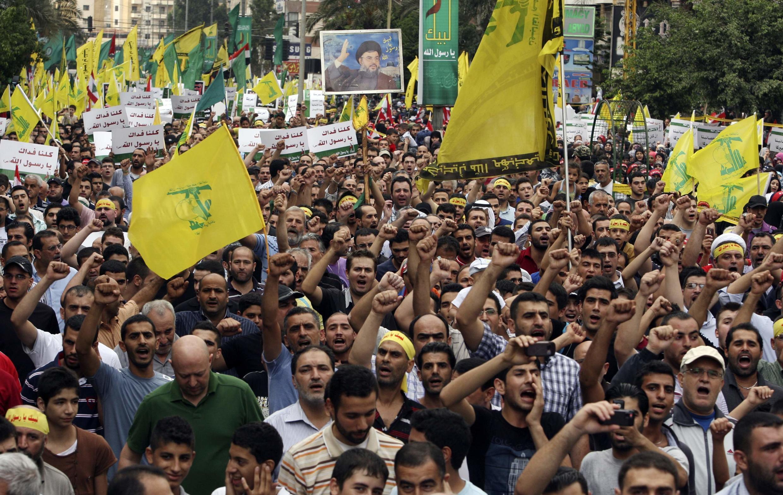 Manifestantes com bandeiras do Hezbollah em protestos nesta segunda-feira em Beirute, no Líbano, contra filme anti-Islã.