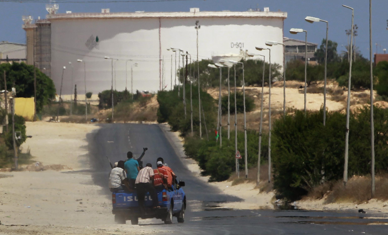 Ливийские повстанцы вблизи НПЗ в городе эз-Завия 17 августа 2011.
