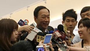 鸿海董事长、国民党总统初选参选人郭台铭(中)2019年5月30接受媒体采访。