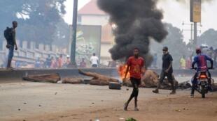 Des barricades et des pneus qui brûlent sur une grande artère de Conakry, le 6 février 2018.