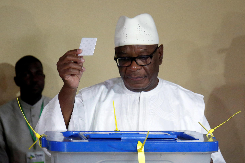 Rais wa Mali Ibrahim Boubacar Keïta akipiga kura Mjini Bamako hii leo