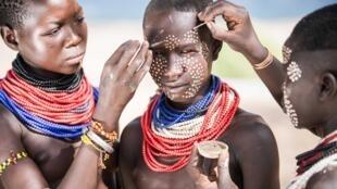 Cet art ancestral qui allie beauté et identité culturelle est de nouveau plébiscité par la jeunesse. En Éthiopie, les hommes de Karo se peignent le visage et le corps à la craie blanche avant d'importantes cérémonies. (Photo d'illustration prise en 2015)