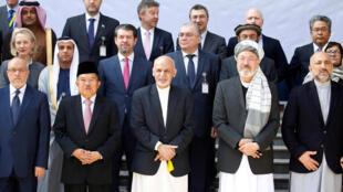 Tổng thống Afghanistan Ashraf Ghani chụp ảnh cùng các đại biểu tham gia hội thảo về hòa bình và hợp tác tại Kabul, Afghanistan, ngày 28/02/2018.