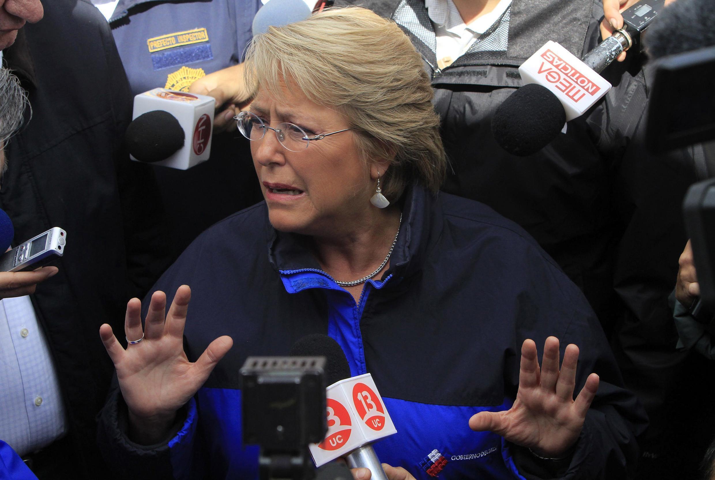 La présidente chilienne Michelle Bachelet, lors de sa visite dans un centre d'aide aux victimes à Concepcion, le 4 mars 2010.