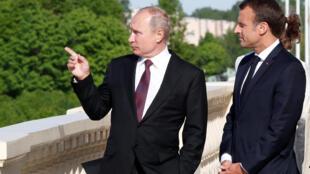 Владимир Путин (слева) и Эмманюэль Макрон в Константиновском дворце. 24 мая 2018 г.