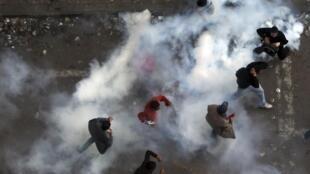ការប្រយុទ្ធគ្នានៅតាមផ្លូវជិតទីលានសេរីភាព Tahrir, ទីក្រុង Caire, ថ្ងៃទី ២១ វិច្ឆិកា២០១១.