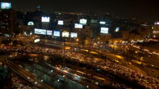 Vue aérienne du Caire la nuit : pendant la période du Ramadan, les Egyptiens laissent souvent leur téléviseur allumé toute la nuit.