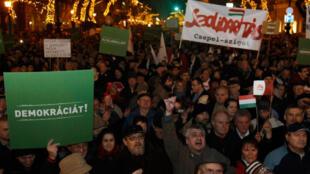 Des milliers de personnes manifestent en Hongrie contre la nouvelle constitution. Le gouvernement, lui, célèbre son entrée en vigueur lors d'une soirée de gala à l'opéra de Budapest.