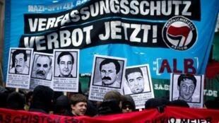 Une marche contre le néo-nazisme, le 19 novembre 2011 à Berlin, au cours de laquelle sont arborés les portraits des victimes supposées du groupuscule dénoncé par Beate Zschäpe.
