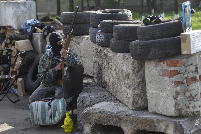 Slaviansk: barricade tenue par des rebelles, le 1er mai 2014.