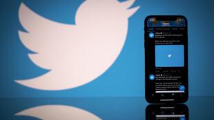 Foto de archivo tomada el 26 de octubre de 2020, muestra el logotipo de la red social estadounidense Twitter en la pantalla de un teléfono inteligente y una tableta en Toulouse, en el sur de Francia