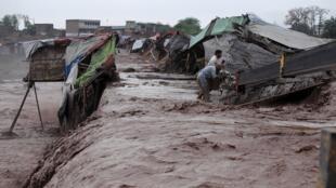 بارانهای شدید و سیل، در حومه شهر پیشاور پاکستان، منازل مسکونی را ویران و خسارات و تلفات بسیاری ببار آورده است. ۱۵ فروردین/ ٣آوریل ٢٠۱۶
