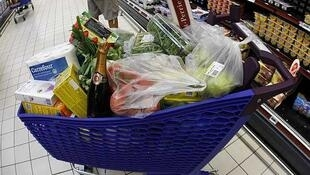 Un carrito de supermercado repleto de comida en Niza (sur de Francia).