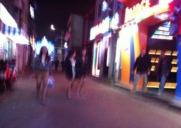 Un vendredi soir dans « The Ville », le quartier de bars, clubs et restaurants réservés aux soldats américains de la base de Dongducheon, au nord de Séoul, à quelques kilomètres de la frontière avec la Corée du Nord.