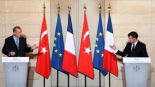 کنفرانس مشترک خبری امانوئل ماکرون، رئیس جمهوری فرانسه و طیب اردوغان همتای ترک وی در کاخ الیزه. پاریس. جمعه ١۵ دی/ ۵ ژانویه ٢٠۱٨ .
