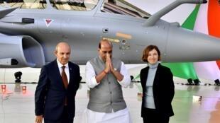 Eric Trappier, PDG de Dassault Aviation (gauche),  Rajnath Singh, ministre de la Défense indien (centre) et Florence Parly, ministre des Armées, lors de la cérémonie de livraison du premier Rafale de Dassault Aviation à l'Inde, le 8 octobre 2019.