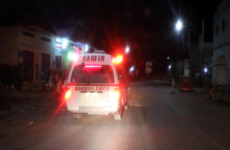 Une ambulance Aamin repart du lieu de l'attentat, près du palais présidentiel, à Mogadiscio, le 23 février 2018.