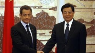 2007年11月萨科齐访问中国时和胡锦涛合影。