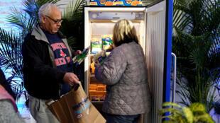 Empleados federales recogen una bolsa gratuita de alimentos en Kraft Food, el 17 de enero de 2019 en Washington.