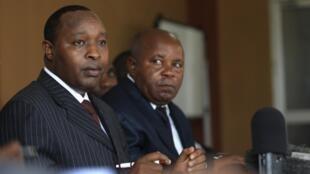 Le chef de la délégation du M23 à Kampala, François Rucogoza (g), le 8 janvier 2013.