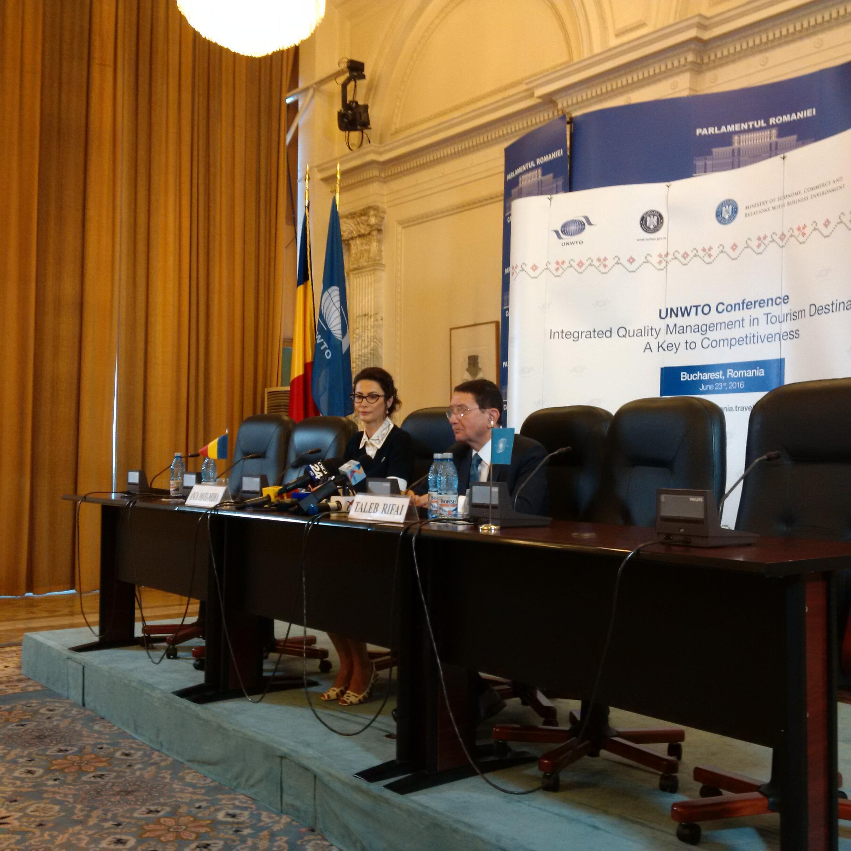Anca Pavel-Nedea, Presidenta de la Autoridad Nacional de Turismo de Rumanía, y Taleb Rifal, Secretario General de la Organización Mundial de Turismo. Bucarest, el 23 de junio de 2016.