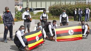 6月20日抵达大阪的乌干达队其余成员。他们的一名队友在成田机场被测出新冠阳性。