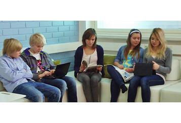 Dream school en Finlande à Kauniainen près de Helsinki. Les étudiants peuvent se connecter au Carnet d'apprentissage pour soumettre leurs travaux individuels ou collectifs. Le professeur peut ensuite faire des commentaires et évaluer leur travail.