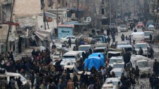 Chiến binh nổi dậy và thường dân chờ được sơ tán khỏi khu đông Aleppo, Syria, ngày 18/12/2016.