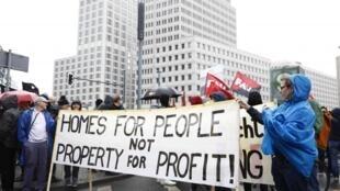 Miles de manifestantes han salido a la calle en Berlín para protestar por los precios abusivos de los alquileres en las grandes ciudades alemanas.