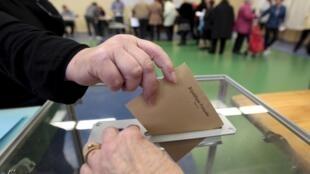 Dans un bureau électoral de Nice (sud-est de la France), le 29 mars 2015.